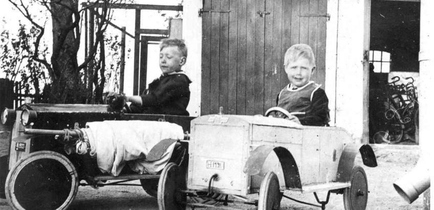Erik og Bent Schmidt med legevogne