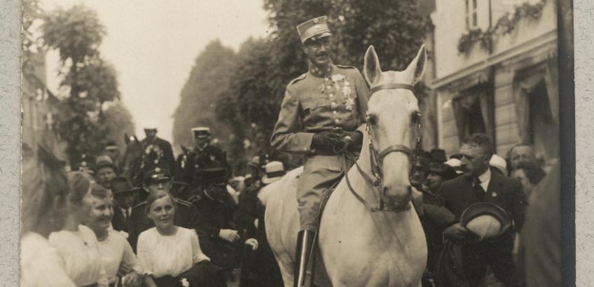 Christian 10. rider ind i Sønderjylland. Billede fra Det Kgl. Biblioteks billedsamling.